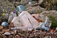 Plastikowe i szklane butelki rzucać daleko od i opuszczali w naturze, stos śmieci Ekologiczny, ekologia, przetwarza przemysłu zdjęcia stock