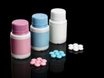 Plastikowe małe butelki z pigułkami. Fotografia Royalty Free