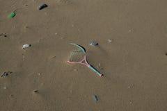 Plastikowego kanta denny zanieczyszczenie na piaskowatej plaży ekosystemu, śmieci na dennym wybrzeżu obraz stock