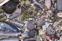 Plastikowej banialuka papieru piany śmieciarski zanieczyszczenie w rzece Zdjęcie Stock