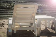 Plastikowi biali bryczka hole na pustej plaży riverbank Fotografia Stock