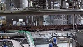 Plastikowi bidony na konwejer wody rozlewniczej maszynie zdjęcie wideo