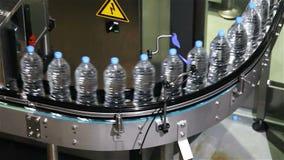 Plastikowi bidony na konwejer wody rozlewniczej maszynie zbiory wideo