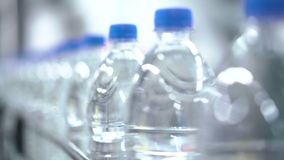 Plastikowi bidony na konwejerze i wodnym rozlewniczej maszyny przemysle zdjęcie wideo