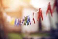 Plastikowi clothespins wiesza na białym clothesline zdjęcia royalty free