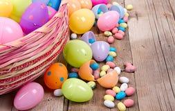 Plastikowi Easter jajka, cukierek i Fotografia Stock