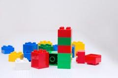 Plastikowi elementów bloki dla projektanta na białym stole Fotografia Stock
