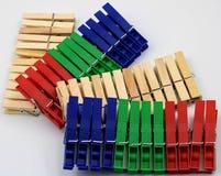 Plastikowi i drewniani clothespins zdjęcia stock
