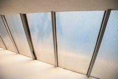 Plastikowi okno, mały światło łamają przez klingerytu na suficie royalty ilustracja