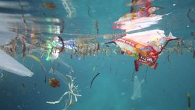 Plastikowi worki i inny śmieciarski unosić się podwodni