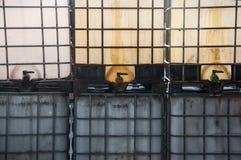 Plastikowi zbiorniki wypełniający z chemicznym ciekłym użyźniaczem zdjęcia stock