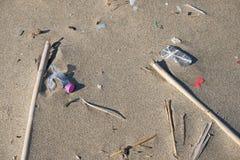 Plastikowy śmieciarski denny zanieczyszczenie na piaskowatej plaży ekosystemu, śmieci na dennym wybrzeżu obraz stock