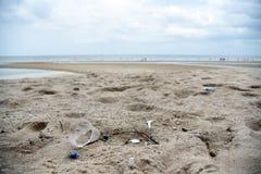 Plastikowy śmieci Na plaży Pojęcie światowi problemy zanieczyszczenie środowiska i ekologia Plażowy śmieci obrazy royalty free