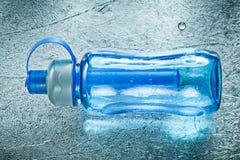 Plastikowy bidon dla sportów na srebnym tło sprawności fizycznej przeciwie Zdjęcie Stock