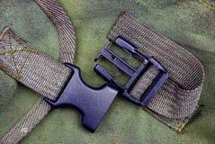 Plastikowy carabiner na zielonym plecaku Obrazy Stock