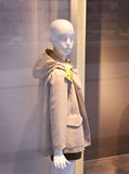 Plastikowy dziecka mannequin za moda sklepu okno Obrazy Royalty Free