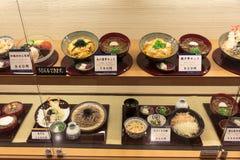 Plastikowy jedzenie modeluje w okno japońska restauracja. Obraz Stock