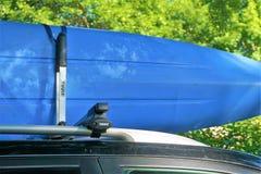 Plastikowy kajak trzymał bezpiecznie Thule dachowym stojakiem fotografia stock