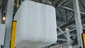 Plastikowy kubiczny zbiornik odtransportowywający dźwigową maszyną zbiory