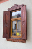 Plastikowy okno z drewnianymi żaluzjami obrazy stock