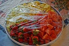 Plastikowy opakunek nad owocowym pucharem zdjęcie royalty free