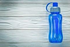 Plastikowy potrząsacz dla atletyka na drewnianej deski sprawności fizycznej pojęciu Zdjęcia Royalty Free
