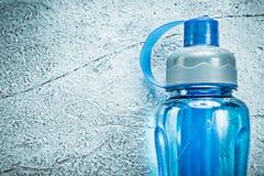 Plastikowy potrząsacz dla atletyka na srebnym tło sprawności fizycznej concep Zdjęcie Royalty Free