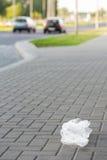 Plastikowy worek na ulicznym, śmiecący miasto. Fotografia Royalty Free