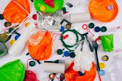 plastikowy zanieczyszczenia pojęcie Jest plastikowy bezpłatny Łamany używa kolorowych talerze, rozwidlenia, filiżanki, butelka, s zdjęcie royalty free