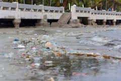 Plastikowy zanieczyszczenia problem związany z ochroną środowiska w oceanie obrazy royalty free