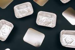 Plastikowy zanieczyszczenie Foliowi zbiorniki dla jedzenia i srebra kartonów na ciemnym tle, odgórny widok U?ywa klingeryt E obrazy stock
