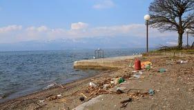 Plastikowy zanieczyszczenie na plaży Jeziorny Ohrid, Macedonia Zdjęcie Stock