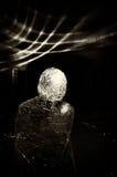Plastikperson in der Dunkelheit Stockfoto