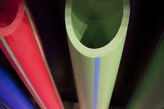 Plastikrohrleitungsrohre des blauen Grüns und des Rotes stockbild