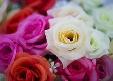 Plastikrosafarbener Blumenhintergrund, gefälschte Blume Stockbild