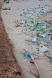 Plastiksänfte gewaschen oben auf Strand Stockbild