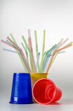 Plastikschalen mit Strohen Stockbild