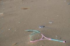 Plastikschlägerseeverschmutzung auf Ökosystem des sandigen Strandes, Abfall auf Seeküste lizenzfreie stockbilder