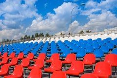 Plastiksitze auf Stadion im Sommer Stockfotografie