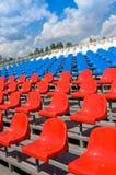 Plastiksitze auf Stadion im Sommer Stockfotos