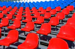 Plastiksitze auf Stadion im Sommer Stockbild
