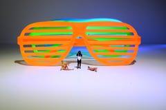 Plastiksonnenbrille und Sunbathers stockfotos