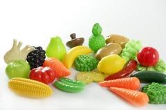 Plastikspiel, fälschen mannigfaltiges Gemüse und Früchte stockfotos