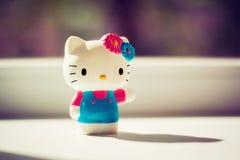 Plastikspielzeug einer weißen Miezekatze im Haus Lizenzfreies Stockfoto