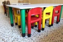 Plastikstühle und kleine Tabellen in der Kindergartenklasse Stockfotografie