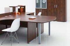 Plastikstuhl, Schreibtisch und Bücherschrank Lizenzfreies Stockfoto