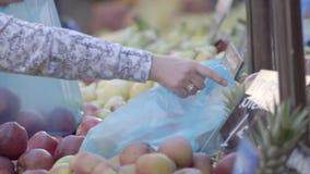 Plastiktascheverschmutzung im Obstmarkt stock video footage