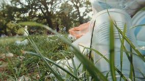 Plastikverschmutzung in einem Park stock video footage