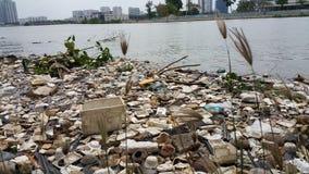 Plastikverschmutzung im Wasser lizenzfreie stockfotos
