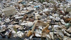 Plastikverschmutzung im Wasser stockfotografie